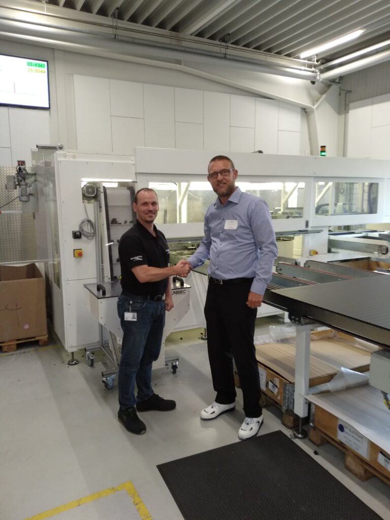 Jon Friedrich (tv) og Mads Nychel foran den 2. generations lamelmaskine